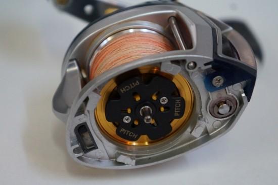 Reglajul franei centrifugale la Revo Winchse face acces prin indepartarea capacului lateral