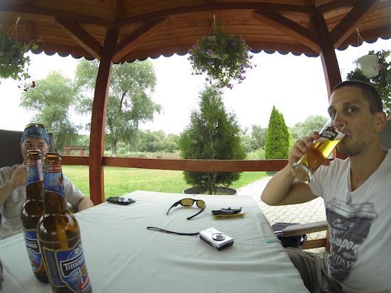 """Ne ferim de ploaie la """"umbra"""" unui foisor, cu o bere si-un gratar"""