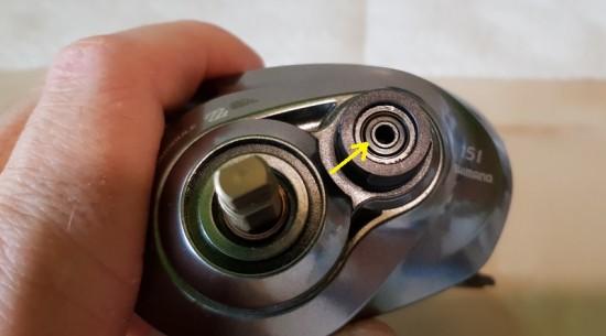 Rulmentul in care intra axul tamburului, situat in capacul din stanga, sub tension knob
