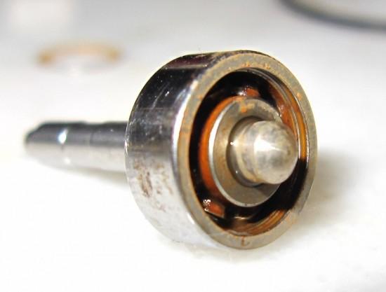 Rulmentul de la tension knob, care nu a fost curatat niciodata. A trebuit inlocuit