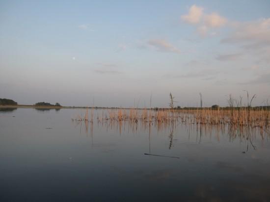 Seara se lasa incet, in timp ce super luna urca peste Jezero Joca